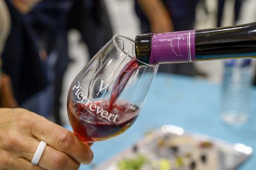 fête du vin primeur 2019 vin primeur rouge cave cooperative petra viridis servi dans un verre AOP pierrevert et apéritif dinatoire