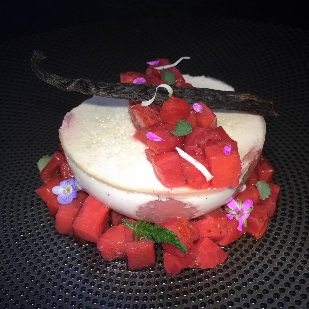 Pana Cotta à la crème d'amande & fraises, tartare de fraises confites au vin de Pierrevert
